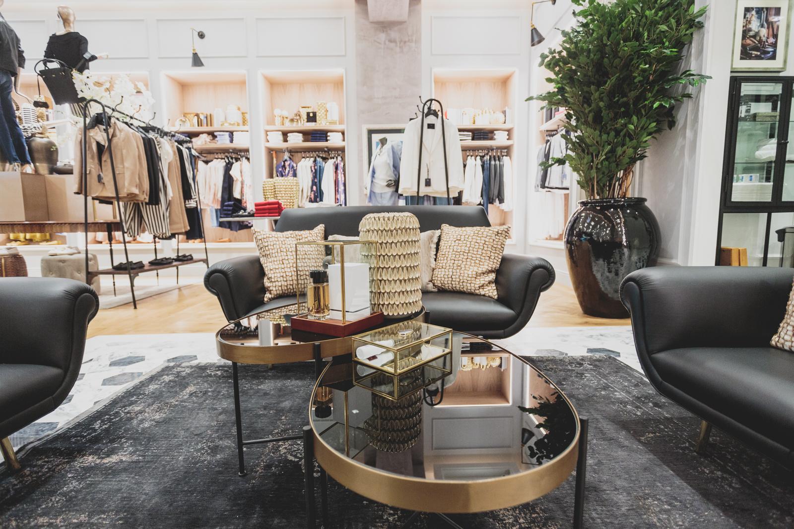 Uma loja com muitos espaços